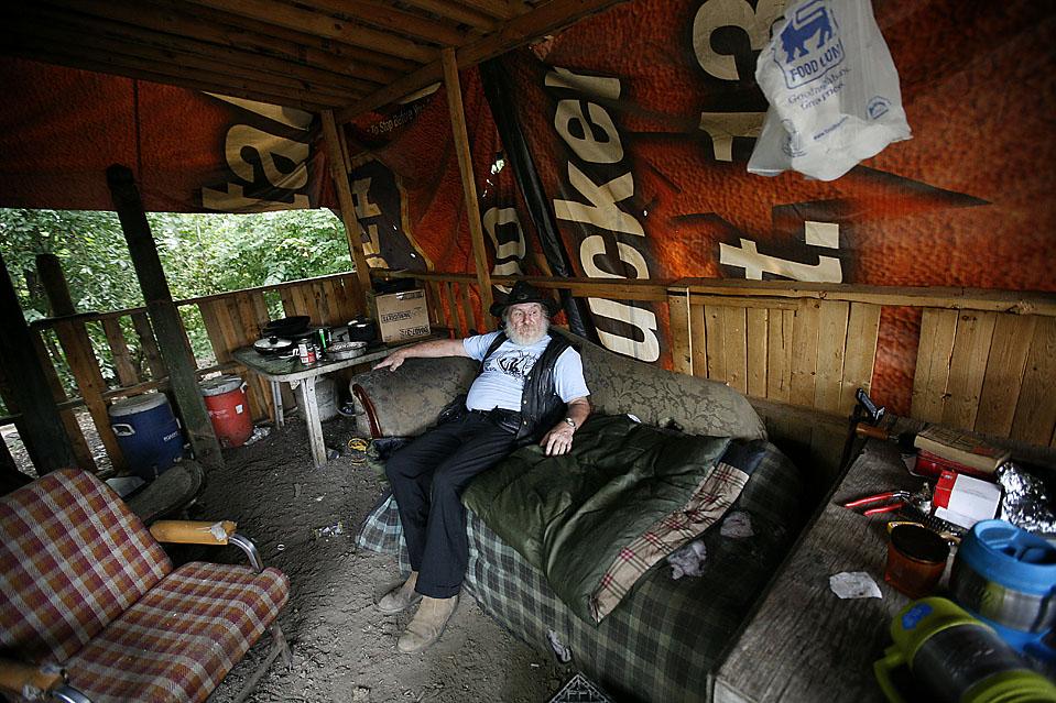 5) Мистер Эдкинс сидит в том, что он называет «кабинетом», у себя дома в Тент Сити. (Josh Anderson for The Wall Street Journal)