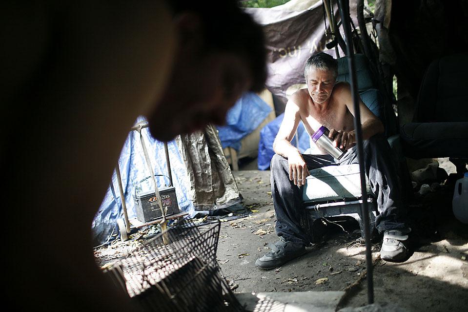 7) Мистер Смит родом из Нашвилла по профессии каменщик, он живет в Тент Сити с февраля и в данный момент не может найти работу. Они с мистером Парди заваривают кофе в своей палатке. (Josh Anderson for The Wall Street Journal)