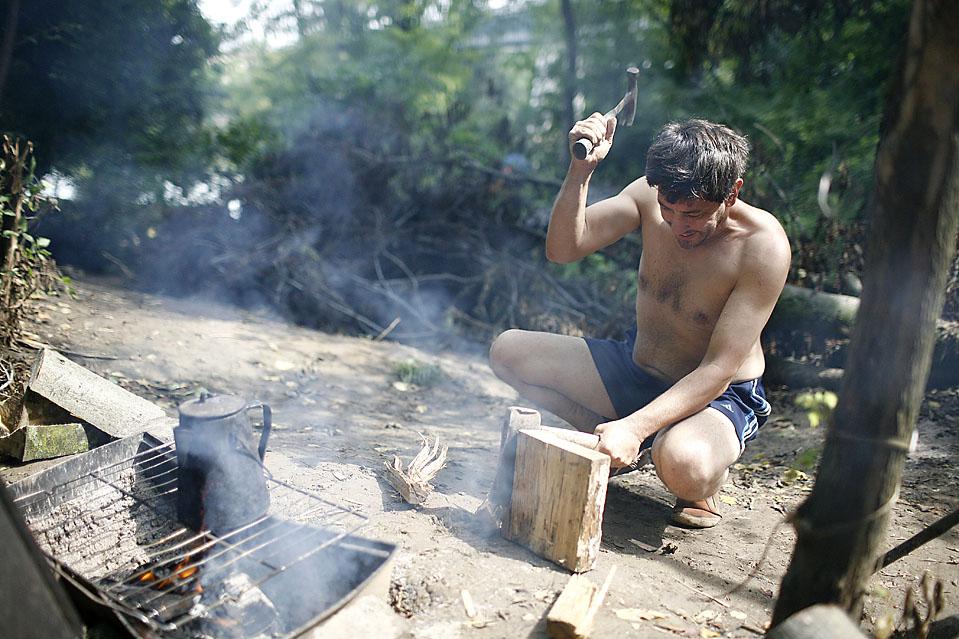 8) Мистер Парди рубит дрова на костер. (Josh Anderson for The Wall Street Journal)