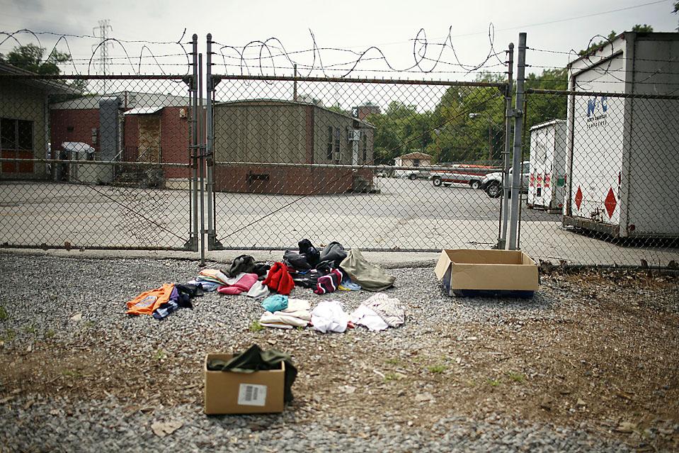 9) Одежда, пожертвованная местными жителями для обитателей Тент Сити, лежит на земле. (Josh Anderson for The Wall Street Journal)