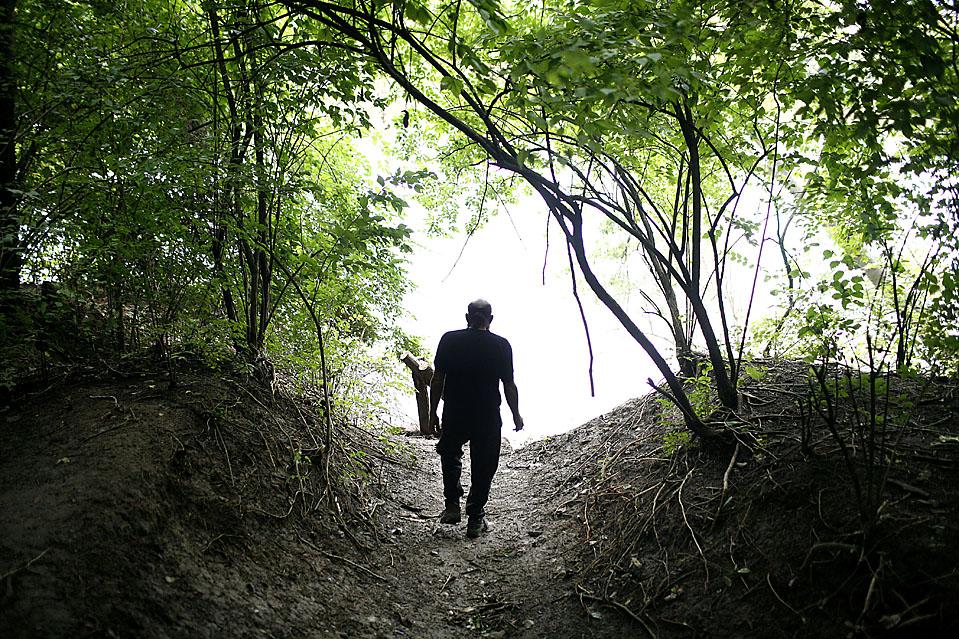 15) Мистер Уидмер идет к реке Камберленд по заросшей тропинке неподалеку от своего «дома». (Josh Anderson for The Wall Street Journal)