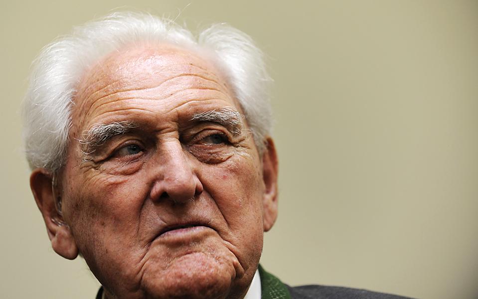 5) Йозеф Шойнграбер, 90-летний бывший командир горноинженерного батальона вермахта, в Мюнхене во вторник был приговорен к пожизненному заключению за то, что по его приказу в годы Второй мировой войны были убиты 10 гражданских лиц. В 1944 году солдаты под его командованием согнали итальянцев в сарай, и подорвал его после того, как партизаны убили двоих немецких солдат. (Christof Stache/Associated Press)