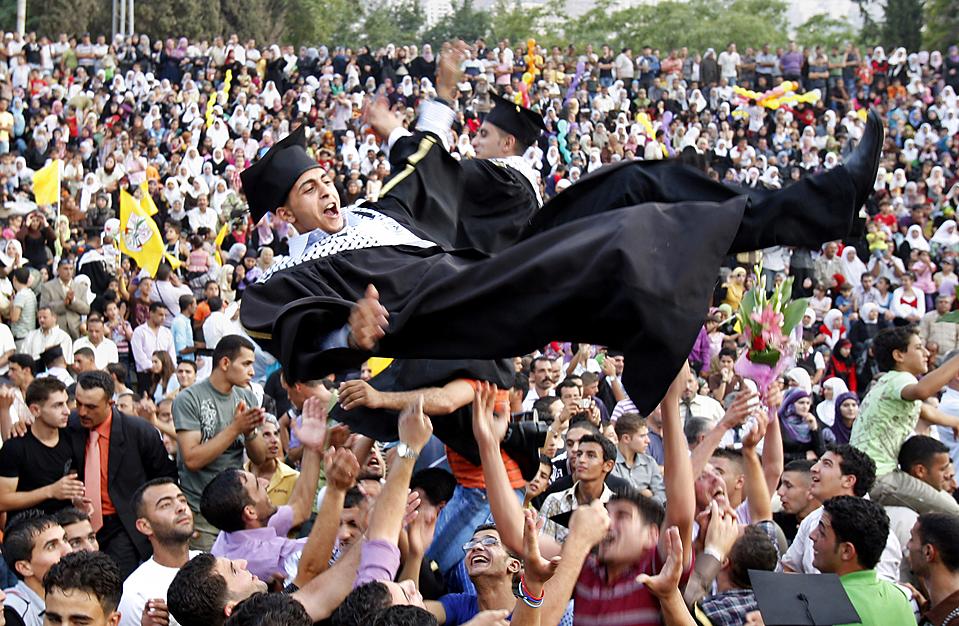 """7) Палестинские студенты, участники движения """"Фатх"""", празднуют выпуск из университета Аль-Кудс в Наблусе, на Западном берегу, в понедельник. (Nasser Ishtayeh/Associated Press)"""