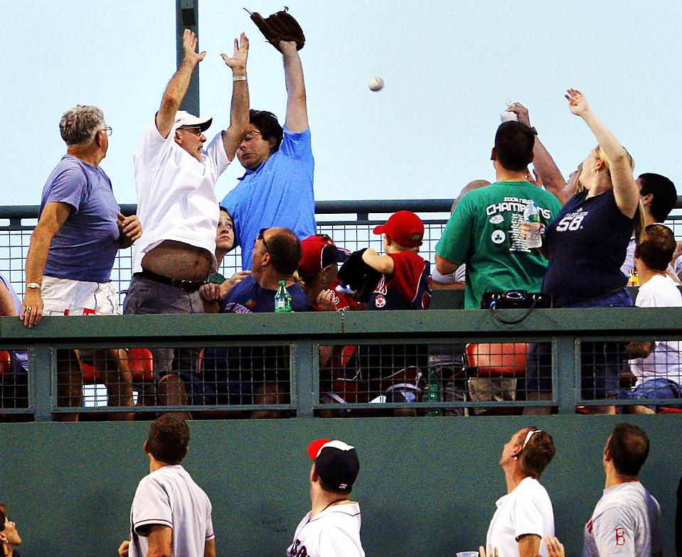 8) Болельщикам не удалось поймать мяч, который отбил игрок команды «Boston Red Sox» Ник Грин во время игры против команды «Detroit Tigers» в бостонском Фенвей парке. «Red Sox» выиграли со счетом 6-5. (Brian Snyder/Reuters)