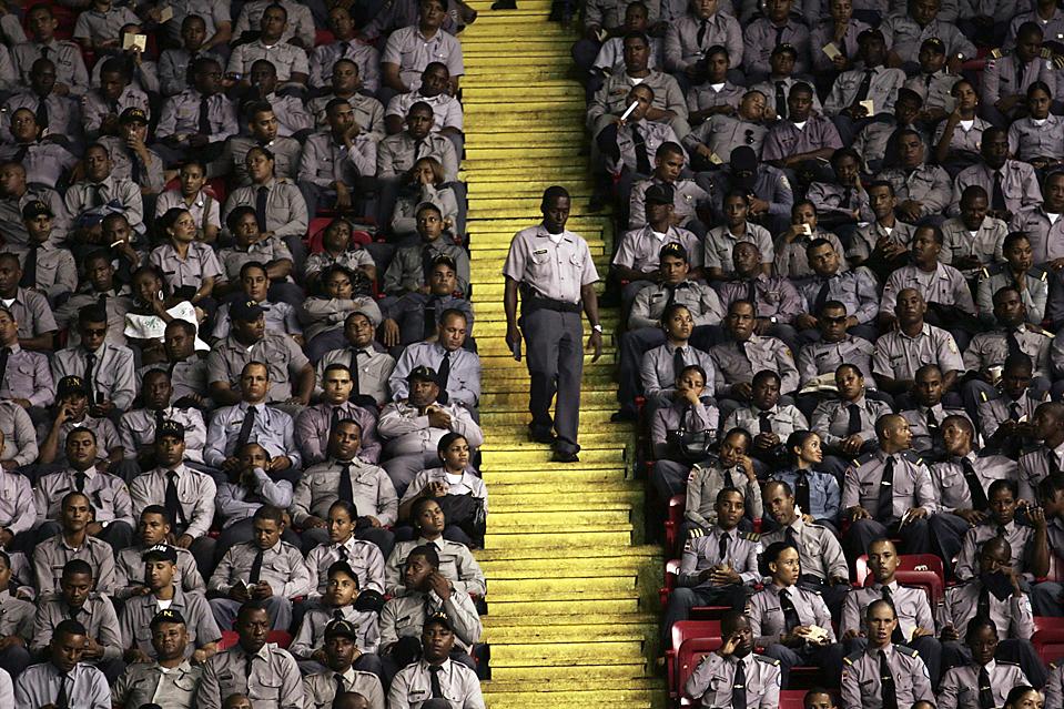9) 6594 представителей Доминиканской национальной полиции приняли участие во встрече, прошедшей в столице Доминиканской Республики, Санто-Доминго. Глава полиции заявил что, по крайней мере, 194 сотрудника из одного отдела находятся под подозрением и около 5 тысяч офицеров были исключены из полиции за последние два года в связи с их участием в незаконном обороте наркотиков, грабеже и убийствах. (Eduardo Munoz/Reuters)