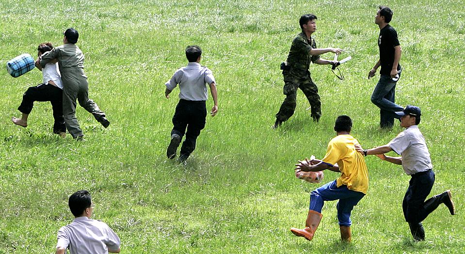 11) Люди попытаются взять штурмом вертолет в уезде Гаосюн, Тайвань, во вторник. Военные вертолеты эвакуировали жителей из отдаленных районов Тайваня, пострадавших от тайфуна Моракот, в результате которого погибло по меньшей мере 70 человек. Сотни людей все еще рискуют остаться в пострадавших районах, в ловушке стихии. (Pichi Chuang/Reuters)