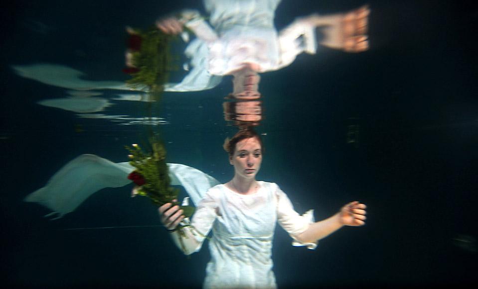 """12) Хелен Мортон, актриса из театра «Three Bugs Fringe» в роли Офелии плавает в бассейне отеля «Apex» во время пьесы, которая проходит в рамках фестиваля """"Фриндж"""" (Fringe) в Эдинбурге. Режиссер пьесы был вдохновлен картиной """"Офелия"""" кисти сэра Джона Эверетта Миллиаса, написанной в 1852 году. (Jeff J. Mitchell/Getty Images)"""