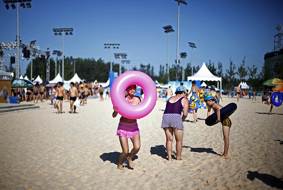 13) Люди направляются к бассейну в аквапарке Пекине. (Elizabeth Dalziel/Associated Press)