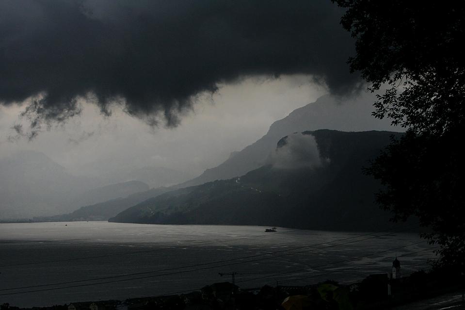 15) Грозовые облака над озером Бекенрид (Beckenried) в Люцерне, Швейцария. (Urs Flueeler/Keystone via Associated Press)