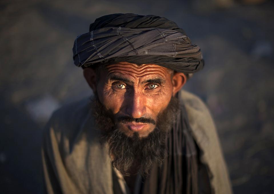 2) Инвалид ждет помощи на улице в Кабуле. (Adrees Latif/Reuters)
