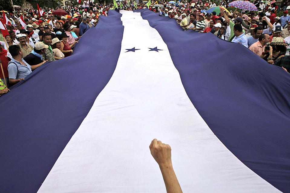 8) Сторонники изгнанного президента Гондураса Мануэля Селайи принимают участие в ралли против государственного переворота в столице Гондураса Тегусигальпе. (Arnulfo Franco/Associated Press)