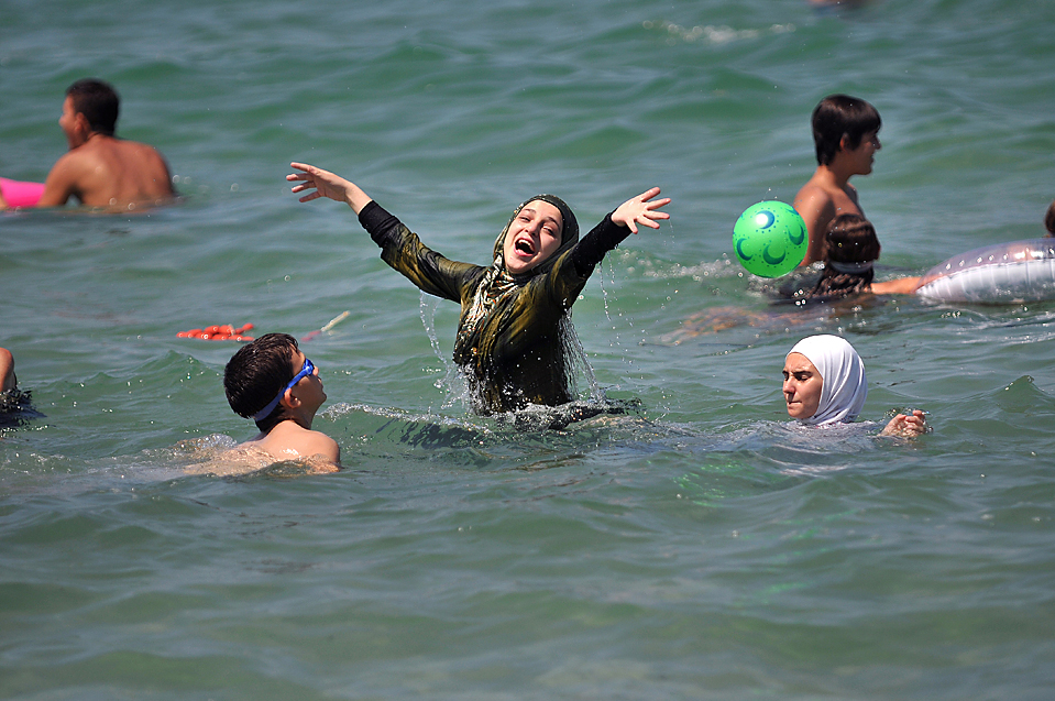 11) Палестинские дети отдыхают со своими родителями на пляже в израильском городе Бат-Ям, близ Тель-Авива, в среду. Израильская армия выдала разрешения для группы родителей и их детей из контролируемых Израилем территорий Западного берега для въезда в Израиль на один день. (Yehuda Raizner/Agence France-Presse/Getty Images)