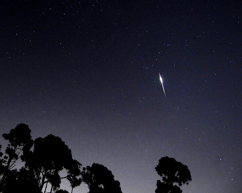 13) След метеора Персеид в небе над Садами Палм Бич во Флориде. (Doug Murray/Reuters)