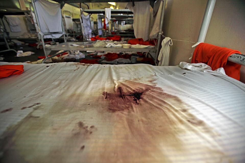 15) Пропитанное кровью постельное белье в Калифорнийской мужской тюрьме в Чино, штат Калифорния, в среду. Расово мотивированные беспорядки вспыхнули здесь в субботу, 175 заключенных были ранены, некоторые из них – тяжело. Несколько корпусов теперь непригодны для нахождения заключенных, и более 1100 лиц были переведены в другие учереждения. (Reed Saxon/Associated Press)