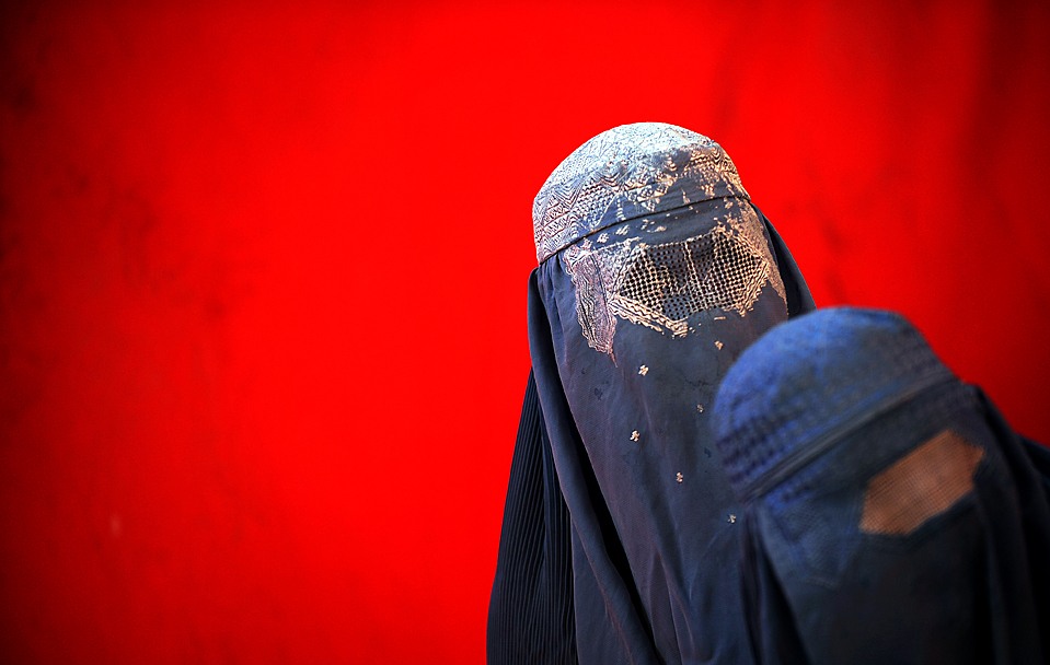 1) Женщины в парандже участвуют в предвыборной кампании кандидата в президенты и бывшего министра финансов Ашраф Гани в Кабуле, Афганистан, среда. В четверг главный соперник президента Хамид Карзай Абдулла Абдулла собрал огромную толпу. Движение «Талибан» пыталось сорвать 20-е президентские выборы. (Massoud Hossaini/Agence France-Presse/Getty Images)