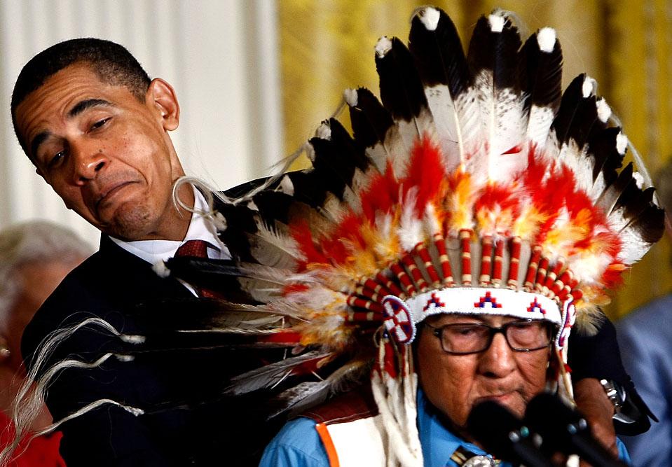 4) Американский президент Барак Обама награждает Медалью Свободы доктора медицины Джозефа Ворона Высокого Полета в Белом Доме в среду. Мистер Ворон Высокого Полета получил высочайшую гражданскую награду за свою службу во время Второй мировой войны и исследования коренных американцев. (Win McNamee/Getty Images)