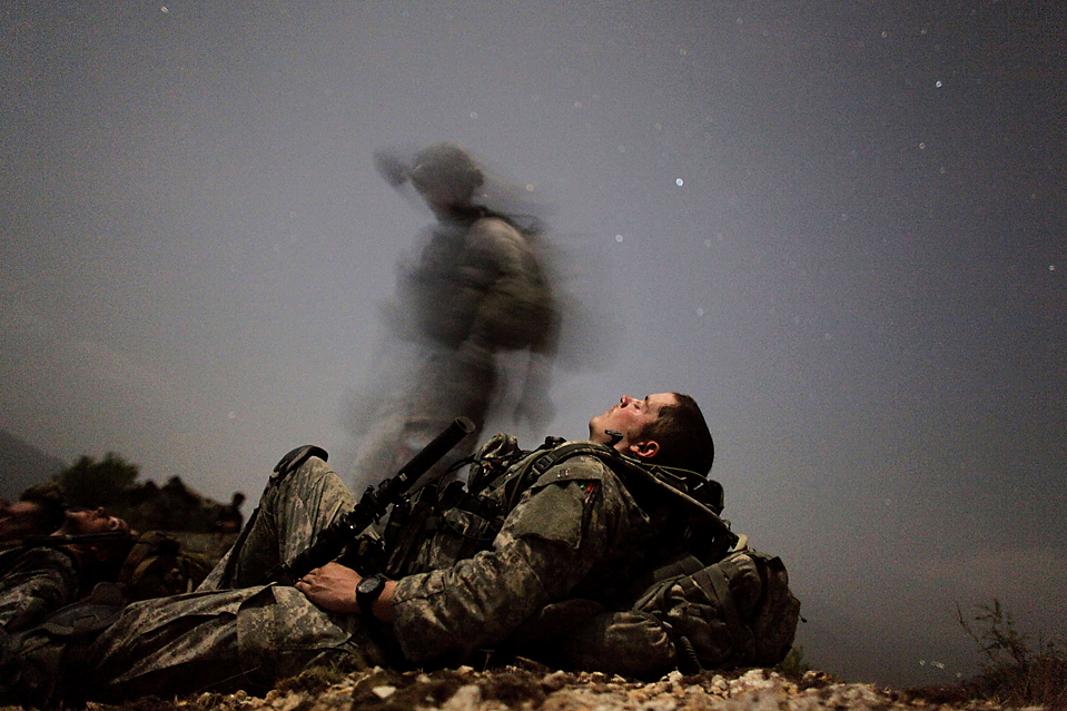 6) Американский солдат военного горного отряда отдыхает во время ночной миссии возле лагеря «Honaker Miracle» в провинции Кунар, Афганистан, среда. Войска НАТО утверждают, что придорожная бомба убила в среду в этой области американский отряд. (Carlos Barria/Reuters)