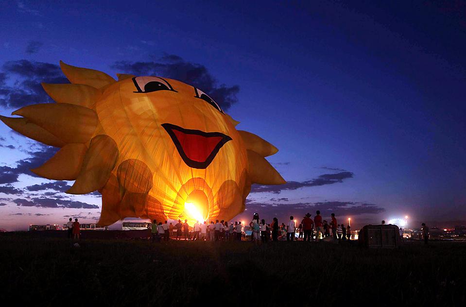 7) Воздушный шар в форме солнца на международном фестивале воздушных шаров в Баотоу, малая Монголия, Китай, четверг. Около сотни воздушных шаров из восьми стран приняли участие в первом фестивале. (Agence France-Presse/Getty Images)
