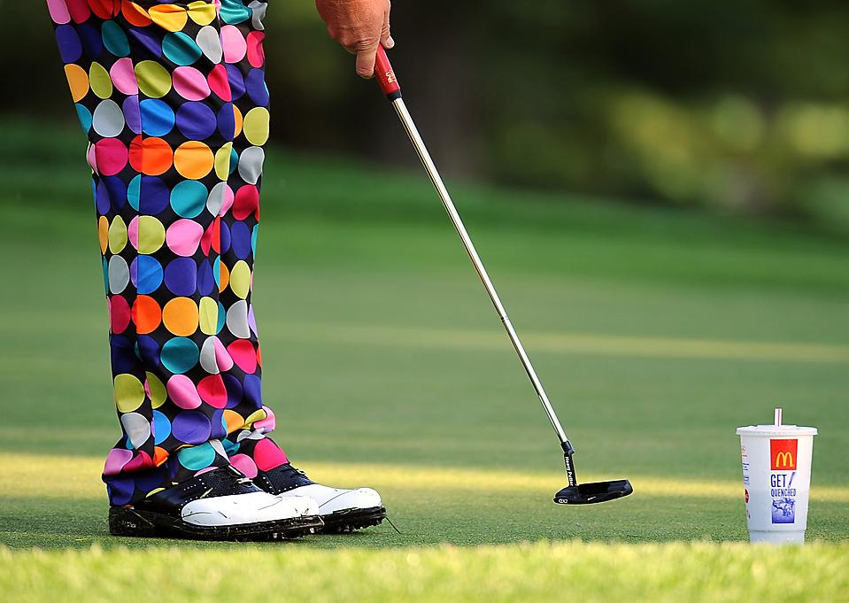 15) Джон Дели установил напиток во время подготовки к чемпионату профессиональной ассоциации гольфа («PGA Championship») в «Национальном гольф-клубе Хэзелтин» в Часке, штат Миннесота, среда. Открытие турнира было в четверг. (Robyn Beck/Agence France-Presse/Getty Images)
