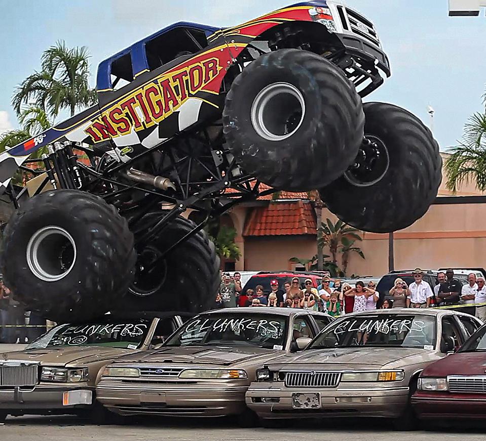 1) Лионель Излер и его пятитонный грузовик-монстр «Форд» под названием «Подстрекатель» давит шесть автомобилей, которые были куплены согласно федеральной программе «наличные за драндулеты» у дилера компании Ford под названием «Sawgrass» в городе Санрайз, штат Флорида. (Chuck Fadely/Miami Herald via Associated Press)