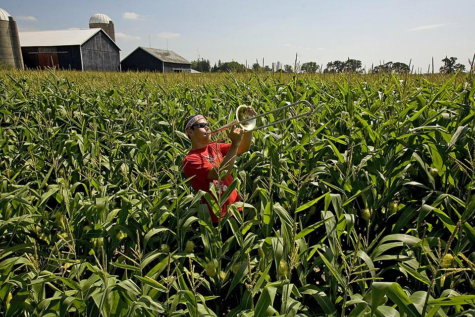 7) Один из членов парадной команды Университета Висконсин марширует с тромбоном в кукурузном поле в Альто, штат Висконсин. В четверг члены парадной команды играли в поле во время ярмарки Альто. (Jeffrey Phelps/Associated Press)