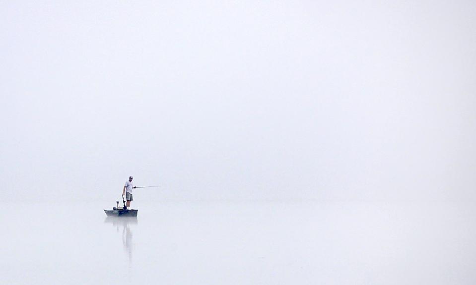 8) Одинокий рыбак ждет клева на водохранилище Ладью в городе Оберн, штат Огайо. (Amy Sancetta/Associated Press)