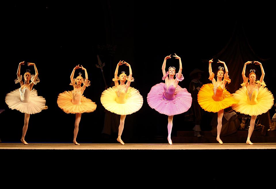 """12) Танцоры Мариинского балета исполняют фрагмент балета """"Спящая красавица"""" во время репетиции в Королевском оперном театре в Лондоне в пятницу. (Luke MacGregor/Reuters)"""