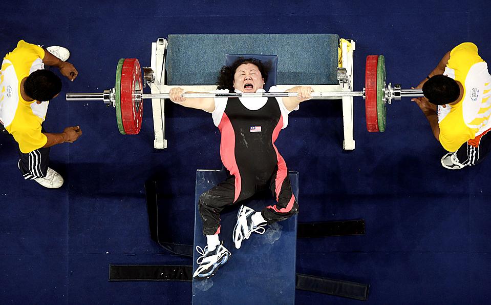 14) Спортсменка из Малайзии Ли Чан Сиоу во время соревнований по  пауэрлифтингу во время Азиатских игр для спортсменов с физическими недостатками, в Куала-Лумпуре, Малайзия. (Bazuki Muhammad/Reuters)