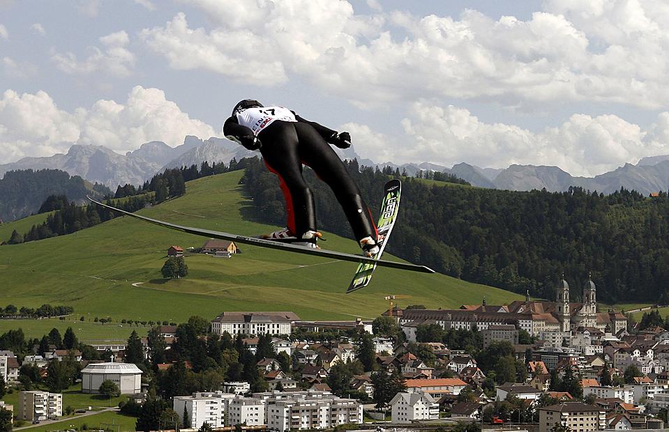 2) Поляк Роберт Кранец во время прыжка с трамплина на Летнем Гран-при по прыжкам на лыжах, который проходит на швейцарском летнем курорте Ейнсидельн. (Arnd Wiegmann/Reuters)
