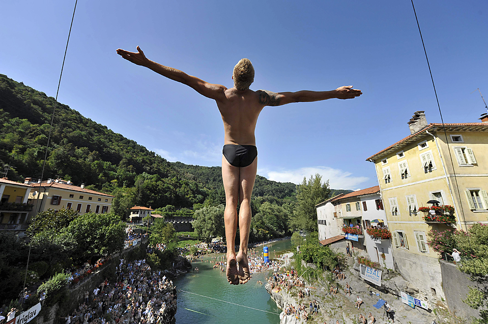 1) Мужчина прыгает с моста в реку Сока во время традиционного фестиваля по прыжкам в Канал об Сочи в Словении. (Srdjan Zivulovic/Reuters)
