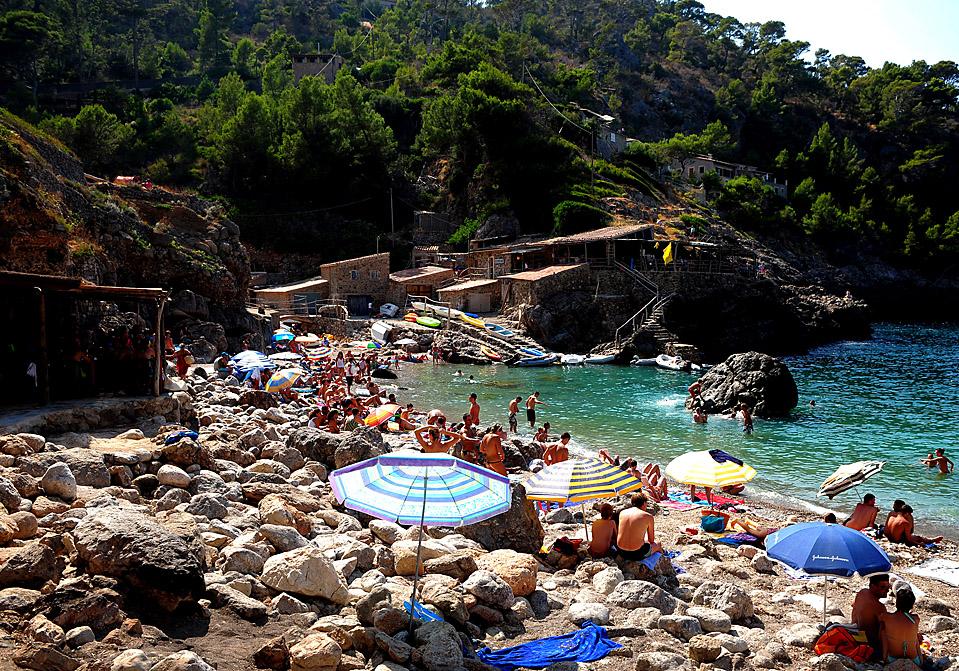 16) Пляжники отдыхают во время солнечного дня на Кала ди Дейа на Майорке, Испания. (Jasper Juinen/Getty Images)