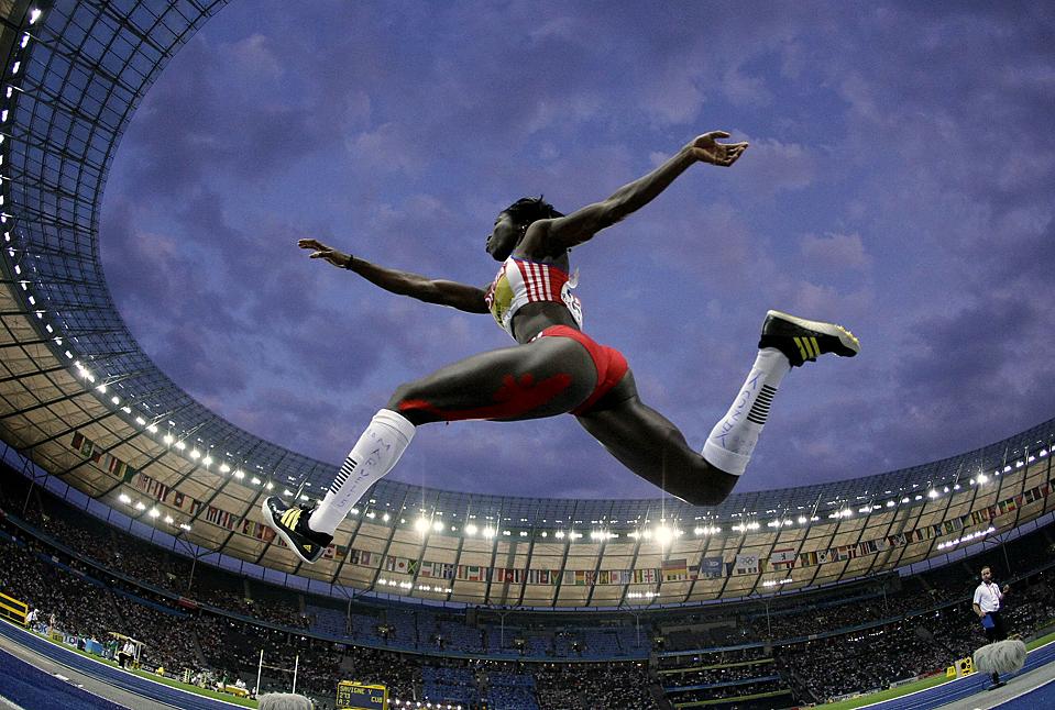 4) Кубинка Яргелис Савинье во время финала среди женщин по тройным прыжкам на Всемирном чемпионате по легкой атлетике в Берлине. Савинье завоевала золотую медаль. (Matt Dunham/Associated Press)