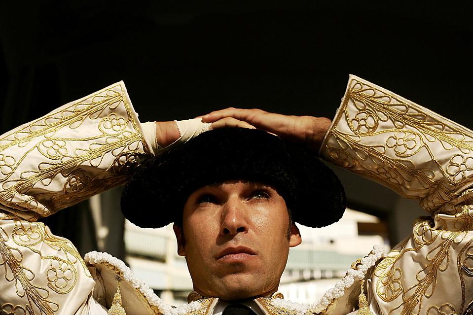 2) Сосредоточенный Каетано Ривера поправляет шляпу перед началом боя быков на арене для корриды Малагета в Малаге, Испания. (Jon Nazca/Reuters)