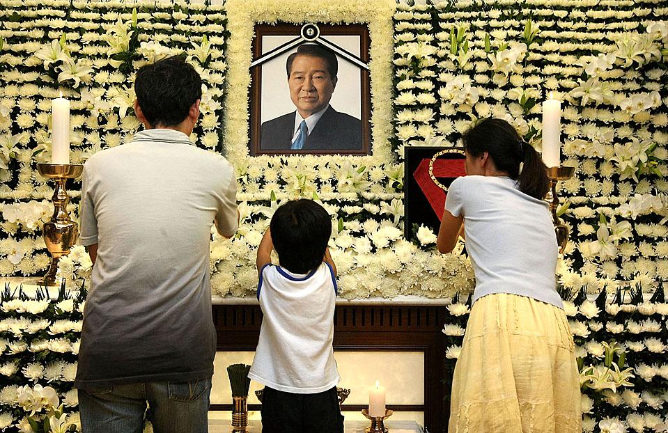 15) Люди оплакивают бывшего южнокорейского президента Ким Дэ Чжуна в Сеуле. 85-летний Ким, который в прошлом месяце был госпитализирован с пневмонией, умер рано утром во вторник. В период военной диктатуры он многие годы был диссидентом, а позднее получил Нобелевскую премию мира за поиски путей примирения с Северной Кореей. (Getty Images)