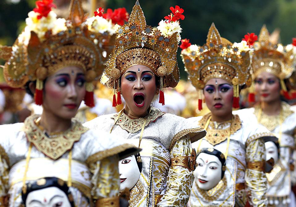 9) Женщины в традиционных костюмах на карнавале в Джакарте в честь 64-го Дня Независимости Индонезии. (Enny Nuraheni/Reuters)
