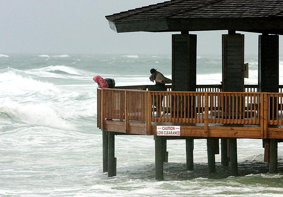 6) Тропический шторм Клодет стал причиной эрозии пляжей в городе Дестена, штат Флорида. Но, достигнув побережья, буря быстро ослабла. Во вторник ураган Билл шел над Атлантическим океаном к Бермудским островам в западном, северо-западном направлении. Скорость ветра достигала отметки 170 км/час. (Mari Darr-Welch/Associated Press)