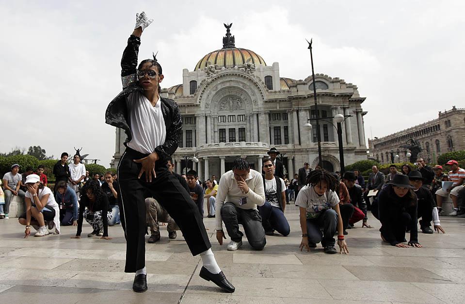 """5) Двойник Майкла Джексона, известный также под именем """"Гектор Джексон"""", возглавляет группу танцоров в Мехико. Они проводят репетицию танца """"Триллер"""" для шоу, которое пройдет 29 августа. (Gregory Bull/Associated Press)"""