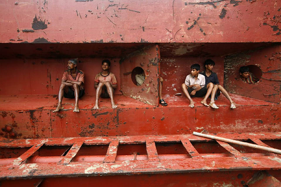 8) Мужчины отдыхают после работы на кладбище кораблей в Читтагонг, Бангладеш. Экономика Бангладеш зависима от индустрии демонтажа старых судов, благодаря которой получает вторичные материалы. (Andrew Biraj/Reuters)