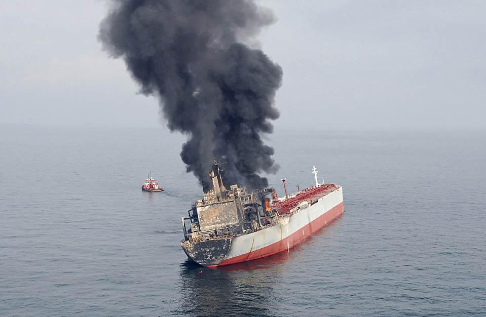 9) Малазийские чиновники опубликовали эту фотографию, на которой запечатлен горящий танкер «Formosaproduct Brick» зафрахтованный компанией «Cargill». Снимок сделан в Малаккском проливе во вторник. Этот танкер, перевозящий 58 тысяч тон легковоспламеняющихся жидкостей, продолжает гореть после столкновения с грузовым кораблем, кроме того, началась утечка топлива. Продолжается поиск девяти из 25 членов экипажа танкера. (Malaysia Police Air Unit/Reuters)