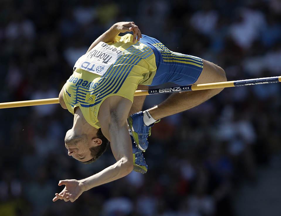 11) Спортсмен из Швеции, Линус Торнблад во время соревнований среди мужчин по  прыжкам в высоту в отборочном туре во время Всемирного чемпионата по легкой атлетике в Берлине. (David J. Phillip/Associated Press)