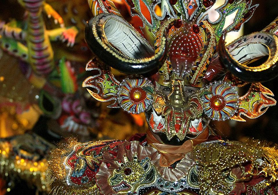 """2) Танцовщик из группы """"Diablada"""" во время демонстрации протеста против Мисс Перу в Ла-Пасе, Боливия, четверг. Танцоры труппы """"Diablada"""" выступили против мисс Перу Карен Шварц, которая во время показа национальных костюмов в рамках конкурса """"Мисс Вселенная – 2009"""" использовала элементы декора их нарядов. «La Diablada» или «Танец Дьявола» представляет собой традиционный ритуальный танец народов Анд. (David Mercado/Reuters)"""