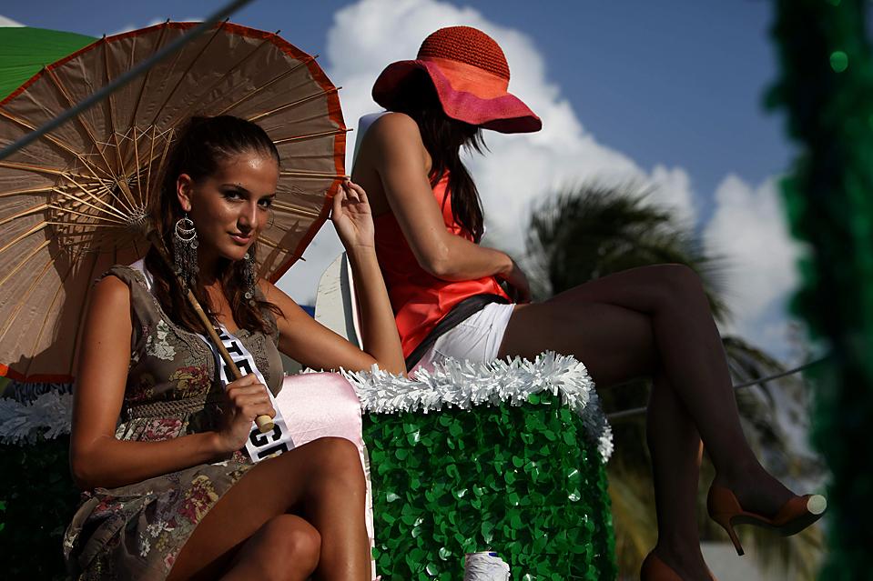 3) Мисс Черногория Аня Йованович, слева и Мисс Норвегия Эли Ланда, сидят на движущейся платформе во время парада конкурсанток на конкурсе «Мисс Вселенная 2009», в Нассау, на Багамских островах, в четверг. В воскресенье из представительниц 84 стран была отобрана единственная победительница. (Brennan Linsley/Associated Press)