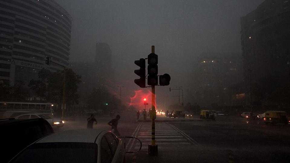 7) Внезапная гроза вечером в Нью-Дели. (Manish Swarup/Associated Press)