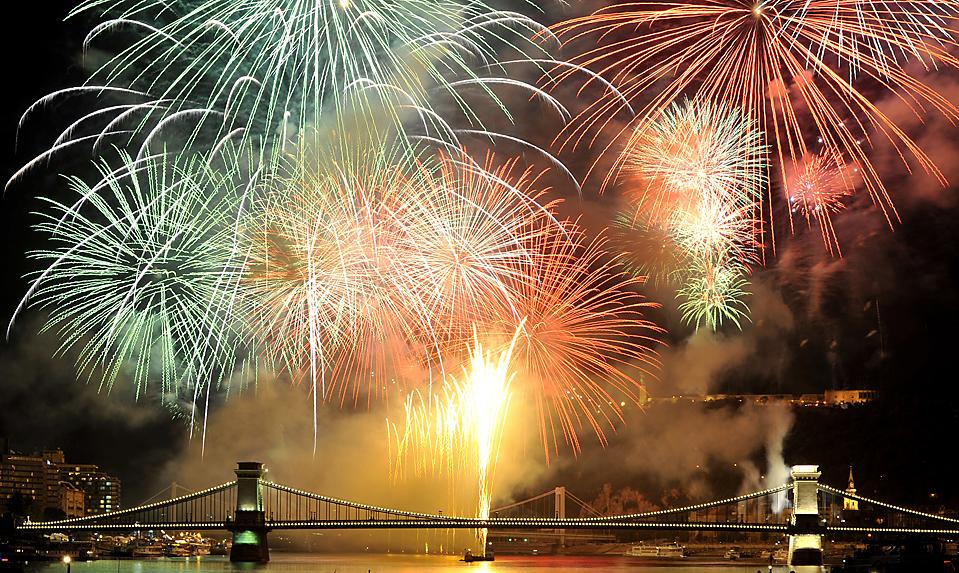 16) Зарево фейерверков над историческим Цепным мостом через реку Дунай в центре Будапешта, во время Дня Святого Иштвана – национального праздника Венгрии. (Bela Szandelszky/Associated Press)