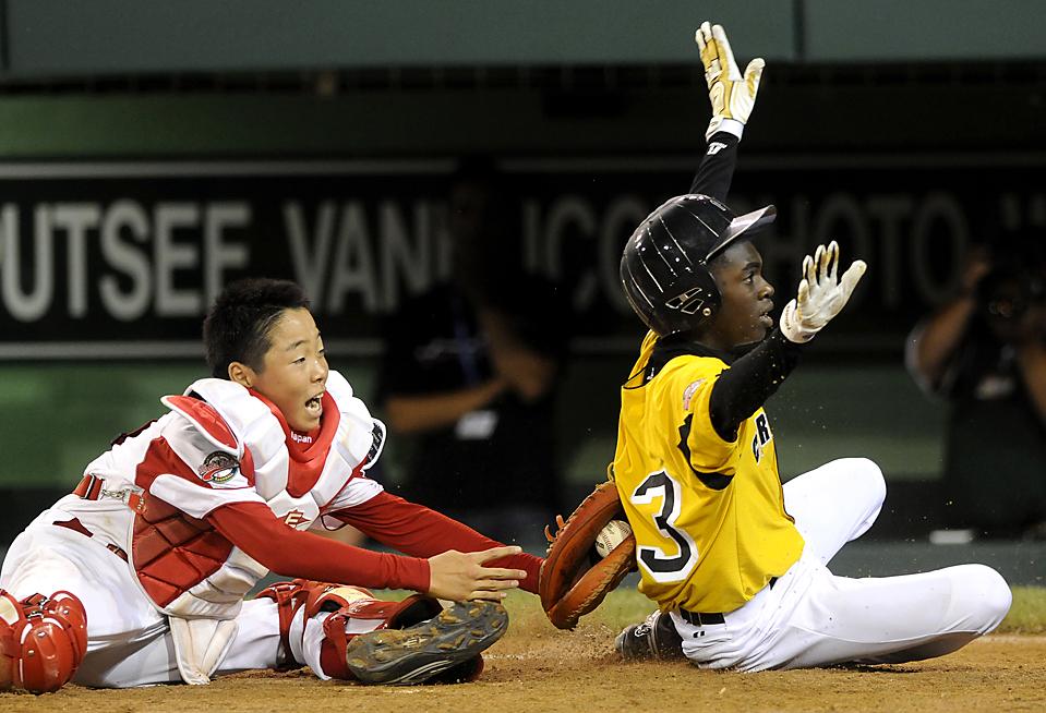 9) Бейсбольный матч, который проходит в рамках ежегодного чемпионата США по бейсболу в Малой лиге (бейсбольная лига для мальчиков и девочек до 8 до 12 лет) в Южном Уильямспорте, штат Пенсильвания. (Tom E. Puskar/Associated Press)