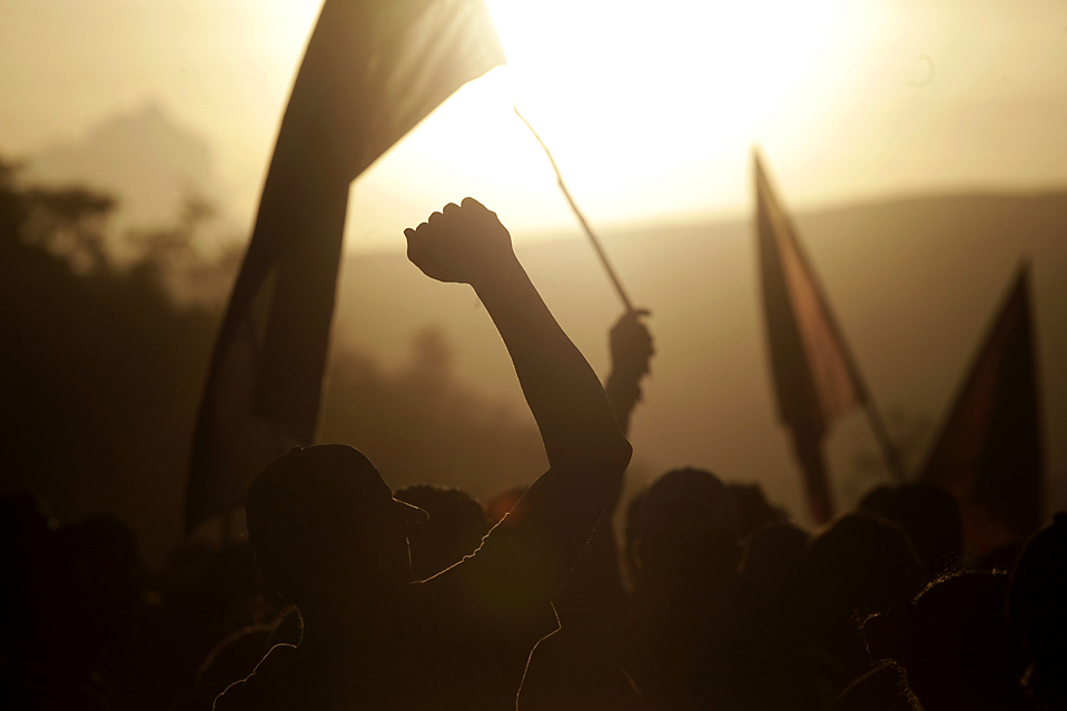 """7) Сторонники изгнанного президента Гондураса Мануэля Селайи на концерте против июньского переворота в Тегусигальпе. Верховный суд Гондураса отклонил переданное через представителей Коста-Рики предложение о восстановлении Мануэля Селайи в должности и предупредил, что ему грозит арест за """"преступления против правительства, измену родине и злоупотребления властью"""", если он вернется на территорию Гондураса. (Esteban Felix/Associated Press)"""