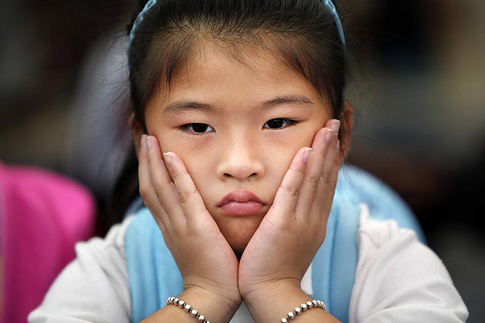 15) 6-летняя Сесилия Чжан ждет начала своего первого дня в первом классе в начальной школе H.D. Cooke в Вашингтоне, округ Колумбия. (Jacquelyn Martin/Associated Press)