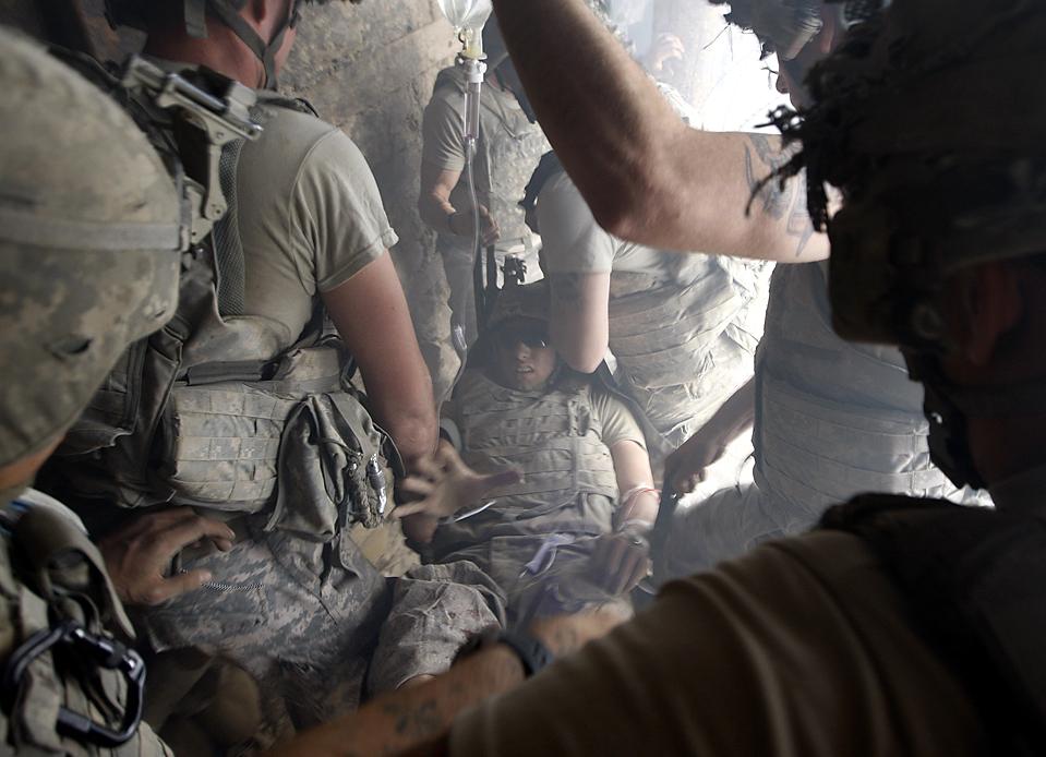 4) Американского солдата раненого снайпером вынесли из-под огня его товарищи в деревне Баргематал, афганской провинции Нуристан. (Oleg Popov/Reuters)