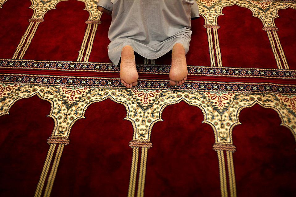 9) Мусульманин во время молитвы в мечети города Малага, на юге Испании. В прошлую субботу начался священный месяц Рамадан - период молитв, размышлений и поста от восхода до заката солнца. (Jon Nazca/Reuters)
