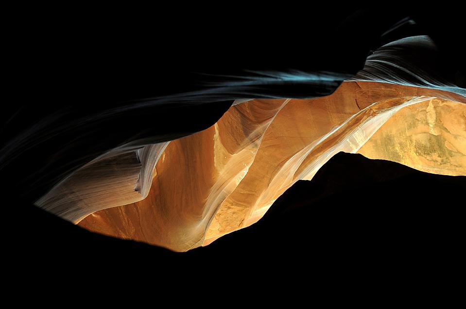 """13) На протяжении многих лет, вода медленно подтачивала песчаник в Каньоне Антилопы, около города Пейдж, штат Аризона. Индейцы навахо называют Верхний Каньон Антилопы «Tse' bighanilini», что означает """"место, где вода проходит через скалы."""" (Gabriel Bouys/Agence France-Presse/Getty Images)"""